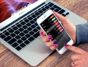 silver iphone 6 plus and macbook air on wooden table 38629 290x220 - 手機辦公好處多? 馬上學習11個手機辦公貼士提升辦公效率!(二)